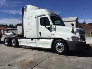 2011 Freightliner Cascadia CA113SLP - Sleeper Truck