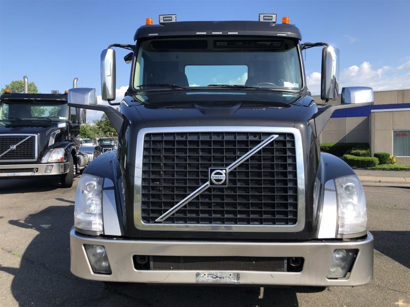 2016 Volvo VNL64T - Semi Truck